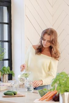 Donna in cucina