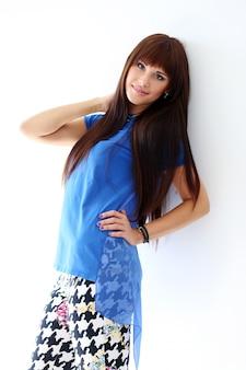Donna in jeans attillati e camicia blu
