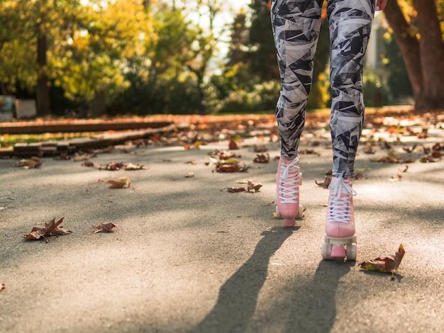 Donna in leggings pattinaggio a rotelle