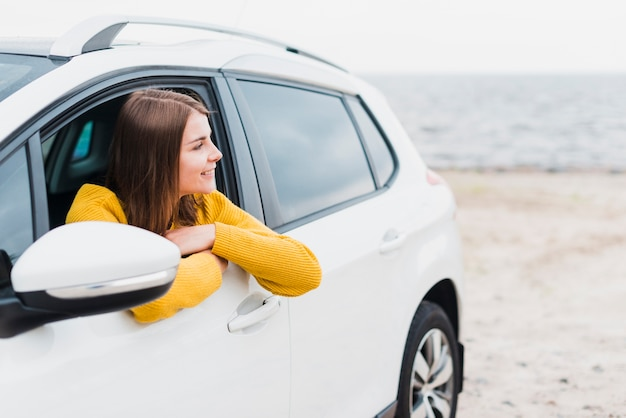 Donna in macchina guardando lontano