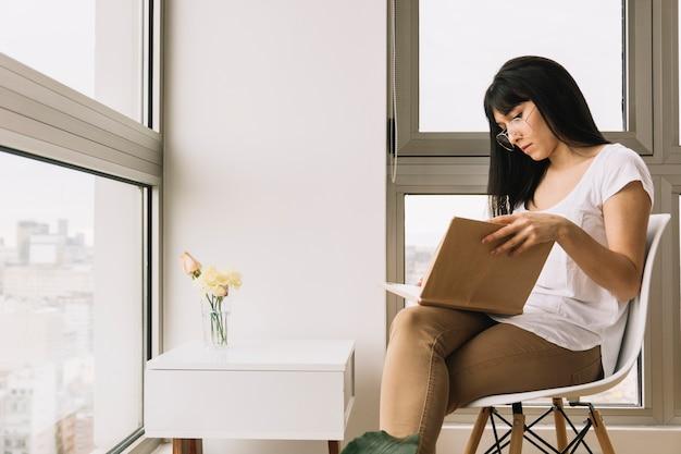 Donna in occhiali da lettura sulla sedia