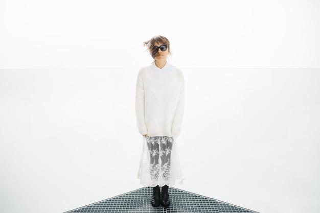 Donna in occhiali da sole