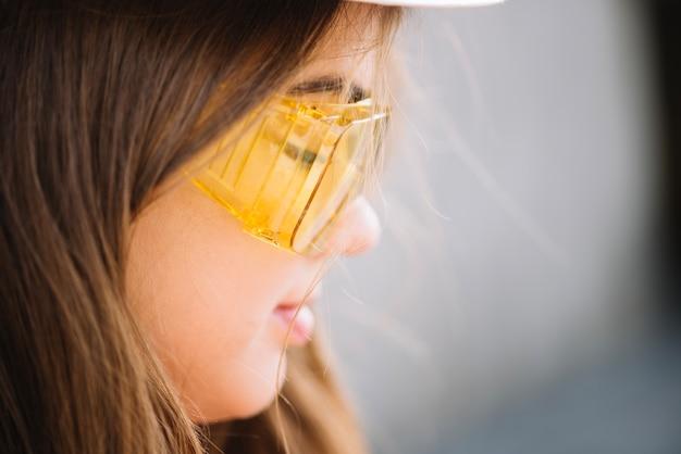 Donna in occhiali protettivi