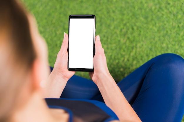 Donna in palestra con modello di smartphone