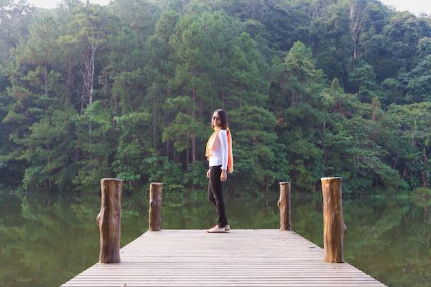 Donna in piedi alla fine del ponte