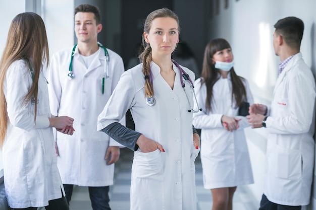 Donna in piedi con i colleghi di medicina