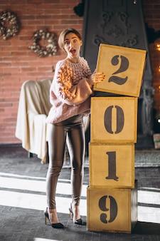 Donna in piedi da scatole 2019 a natale