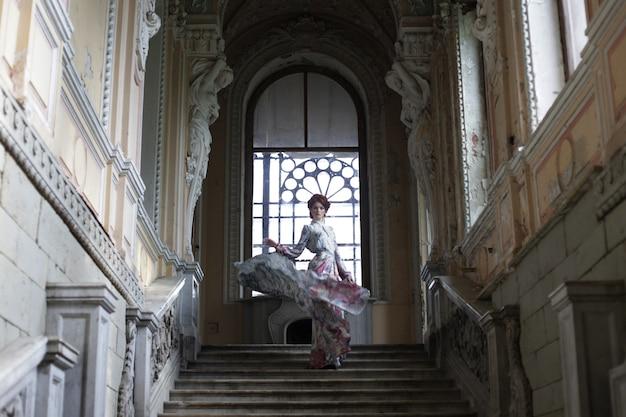 Donna in piedi sulla cima di una scala