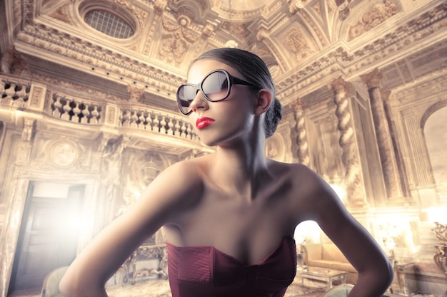 Donna in posa alla moda