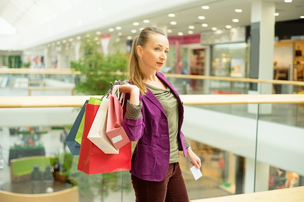 Donna in posa con borse della spesa