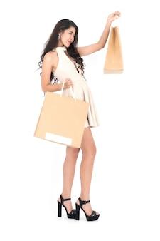 Donna in possesso di shopping bag.