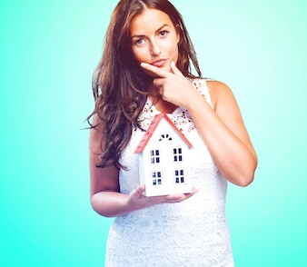 Donna in possesso di una casa e pensare a qualcosa