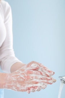 Donna in quarantena lavarsi le mani