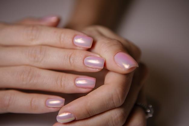 Donna in salone che riceve manicure dall'estetista dell'unghia