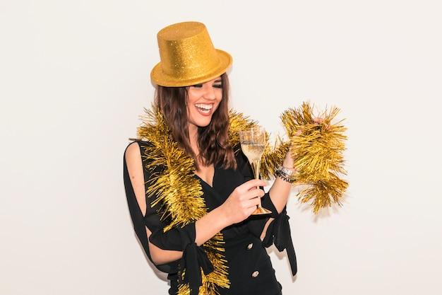 Donna in tinsel con bicchiere di champagne
