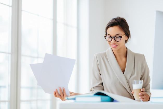 Donna in ufficio circondata da documenti