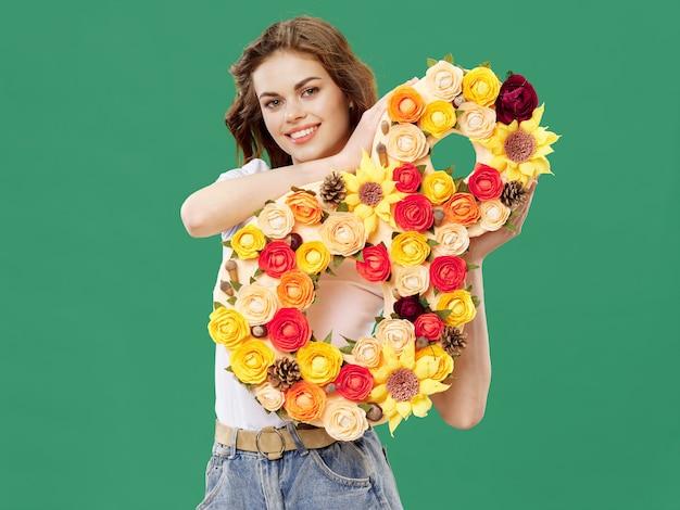 Donna in un bellissimo vestito con fiori l'8 marzo, regali fiori luce superficie superficie studio di san valentino