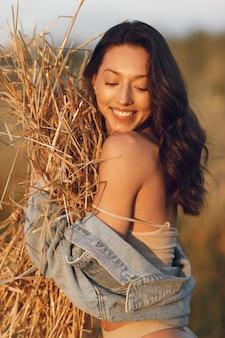 Donna in un campo estivo. bruna in biancheria intima marrone.