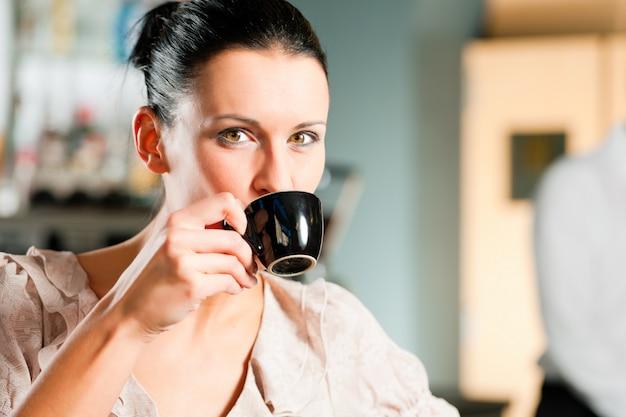 Donna in un coffeeshop