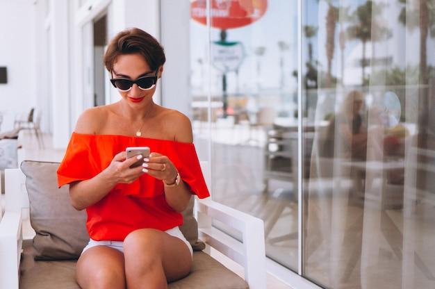 Donna in un hotel con il telefono