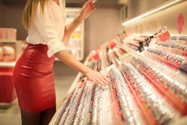 Donna in un negozio di cosmetici