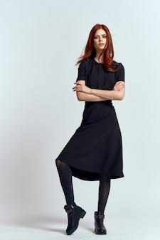 Donna in un vestito nero e stivali