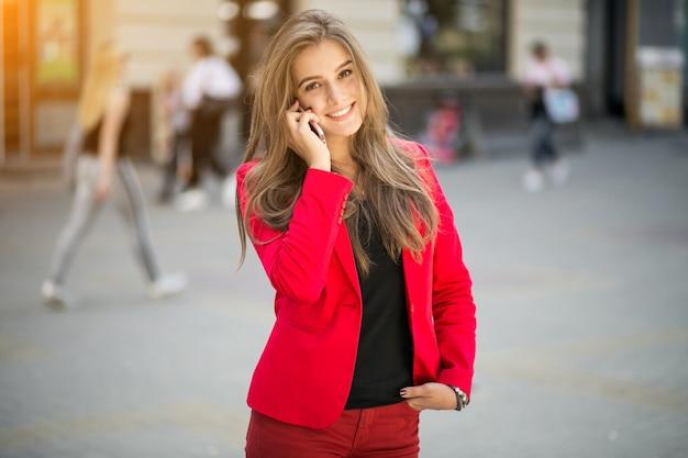 Donna in un vestito rosso