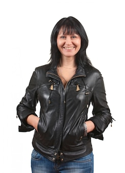 Donna in una giacca di pelle nera isolata