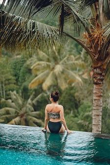 Donna in una piscina in una vista della giungla