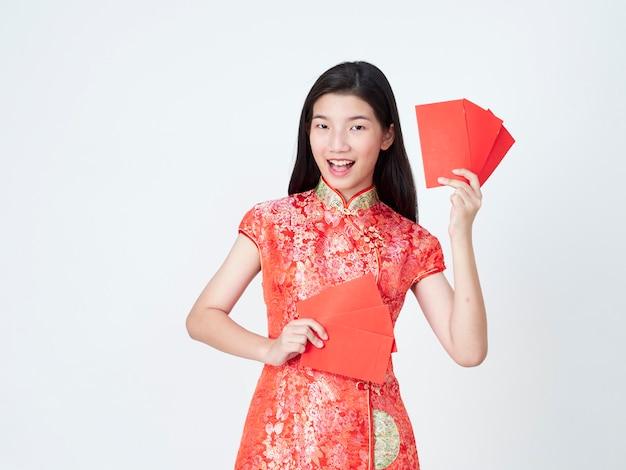 Donna in vestito dal cinese tradizionale che tiene busta rossa