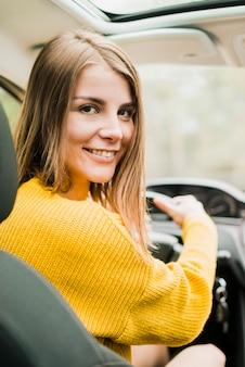 Donna in viaggio in viaggio in auto