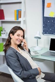 Donna incinta al telefono nel ministero degli interni