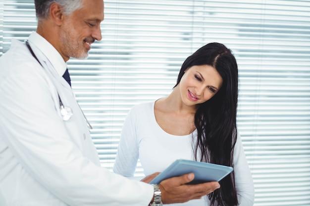 Donna incinta che interagisce con medico in clinica