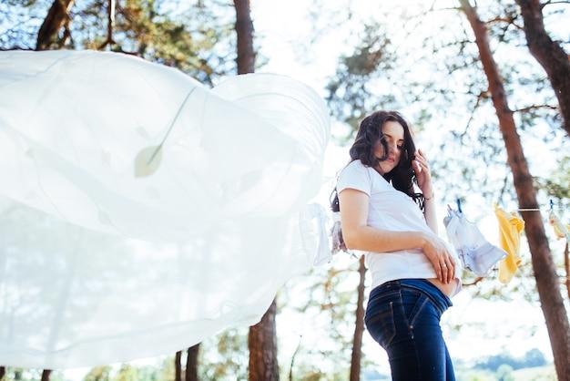 Donna incinta che tiene le sue mani sullo stomaco