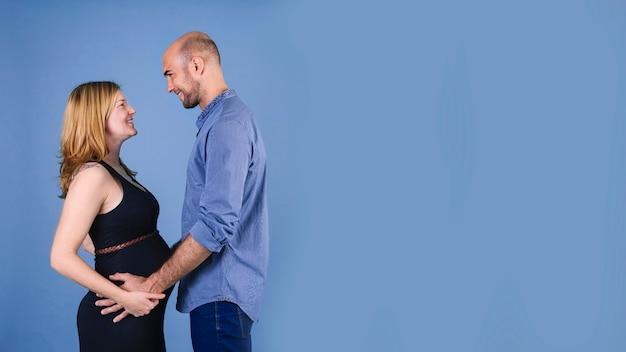 Donna incinta con il marito