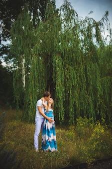 Donna incinta con suo marito nel parco.