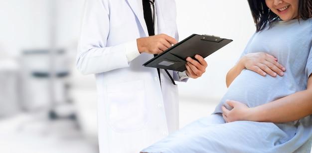 Donna incinta e ginecologo medico all'ospedale