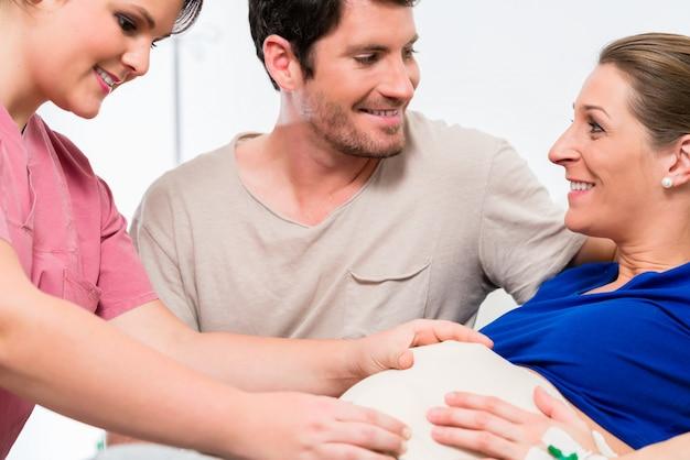 Donna incinta e il suo uomo nella sala parto