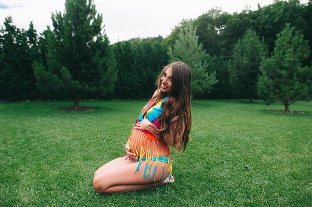 Donna incinta in costume da bagno
