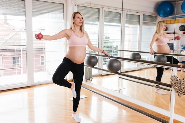 Donna incinta in palestra