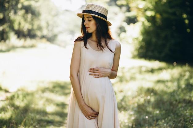 Donna incinta nel parco