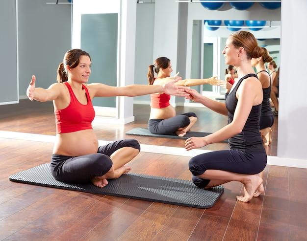 Donna incinta pilates esercizio allenamento in palestra