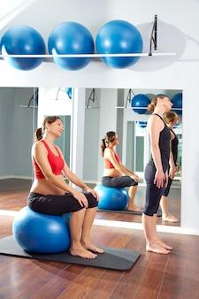 Donna incinta pilates esercizio fitball