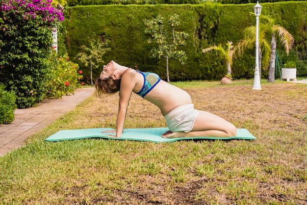 Donna incinta rilassante e stretching.