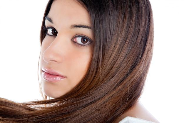 Donna indiana bruna asiatica con il primo piano di capelli lunghi