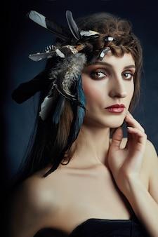 Donna indiana con piume tra i capelli, ritratto di bellezza ragazza indiana americana