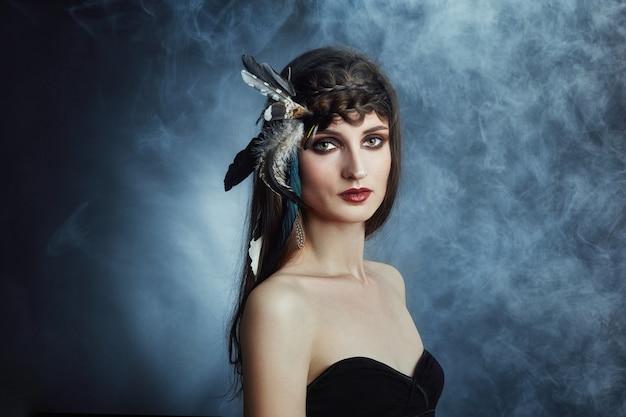 Donna indiana con piume tra i capelli, ritratto