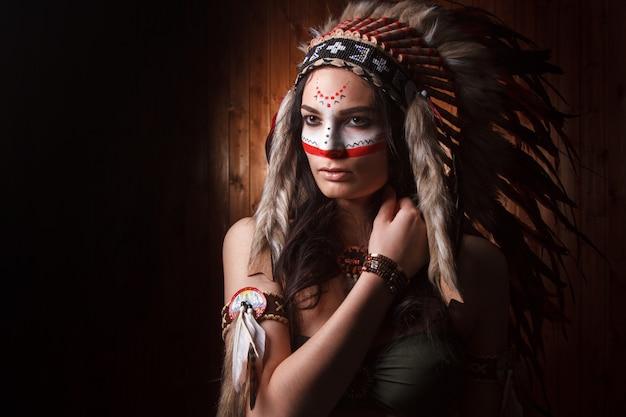 Donna indiana con trucco tradizionale