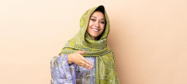 Donna indiana isolata sulle mani stringere beige per chiudere molto
