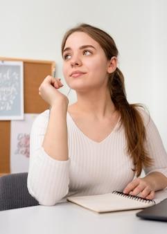 Donna indipendente alla scrivania con agenda